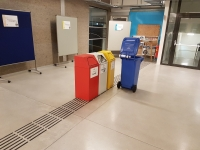Mülltonnen auf Leitsystem